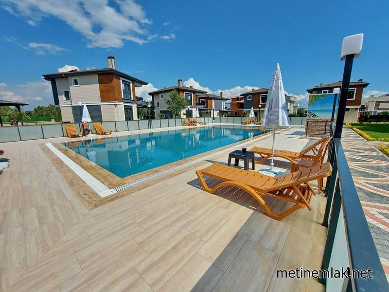 Altınoluk Sahil Satılık Villa / Havuzlu Sitede/ Deniz Tarafı